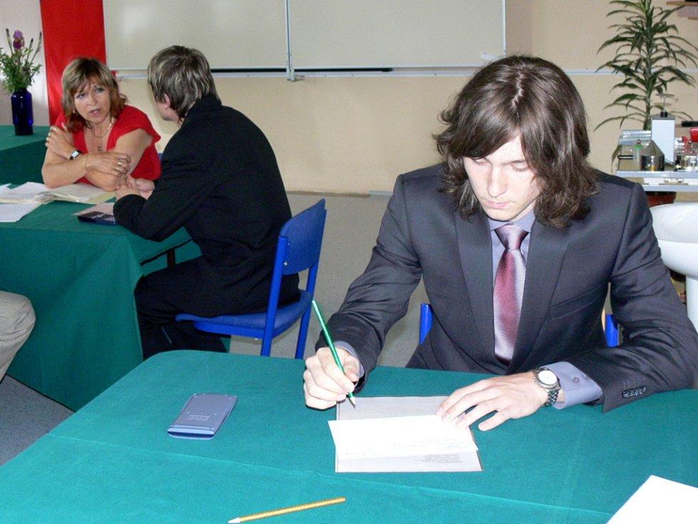 Maturity na hranickém gymnáziu byly zahájeny v pondělí 18.  května ráno, do lavic zasedli první studenti o půl deváté.