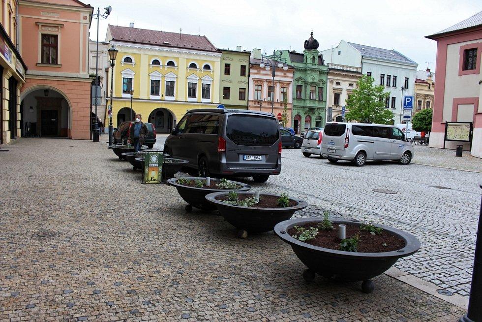 Květinová výzdoba na náměstí v Hranicích - květen 2021.