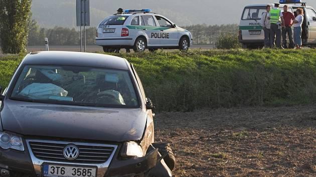 Příčinou hromadné nehody byl pravděpodobně mikrospánek. Volkswagen Passat nejdříve prolétl křovinami a pak skočil v poli.