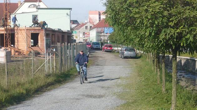 Zdarma se dá v blízkosti centra zaparkovat v Komenského ulici. Žádná značka zde odstavení vozidel nezakazuje
