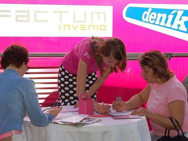 Růžový autobus informoval o nebezpečí a prevenci rakoviny prsu.