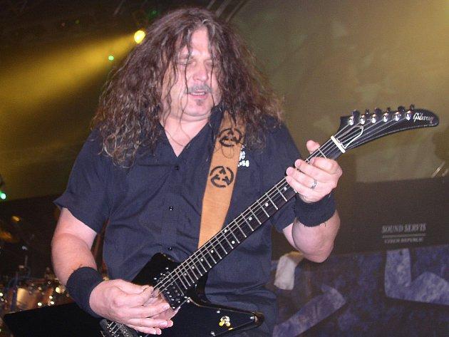 Nestárnoucí metalová legenda Arakain přivede své fanoušky v Hranicích do varu kolem 19. hodiny.