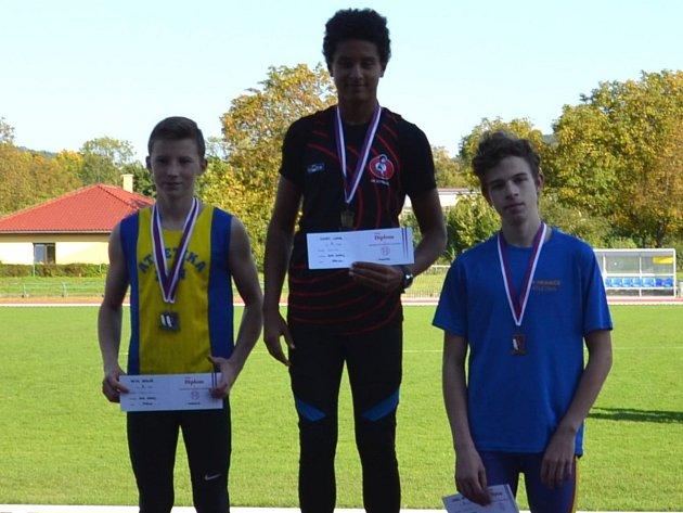 Hranický atlet Karel Brychta (vpravo) bral bronz za skok do dálky
