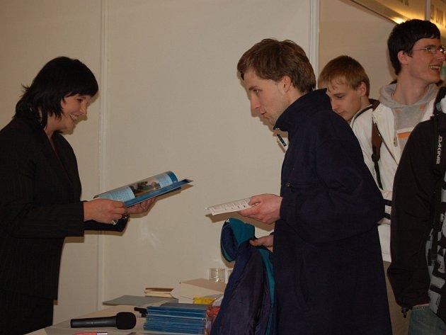 Nejen nezaměstnaní, ale i studenti vyrazili včera na burzu pracovních příležitostí do Městského domu v Přerově.