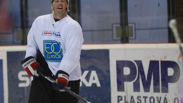 Výraz Jaromíra Jágra hovoří za vše: náladu nezkazí ani tréninková dřina na prostějovském ledě.