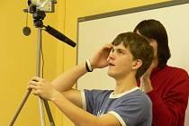 Vybaveni kamerami a mikrofony besedovali hraničtí školáci s lidmi, kteří byli persekuováni komunistickým režimem.