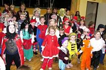 Na karnevale ve Velké se objevily princezny, krásné čarodějnice, čerti, černokněžníci, různá zvířátka a mnoho dalších pohádkových postav.