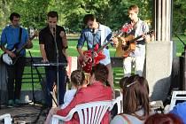 Mladí hudebníci z Hranic se v sobotu vpodvečer představili v altánku v Sadech Čs. legií. Publikum si poslechlo kapelu Království nebo muzikanta Víťu Vrbku.