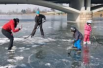 První březnový víkend využili někteří nadšenci zamrzlé Kuchyňky i Bečvy v Hranicích a vyrazili si zabruslit