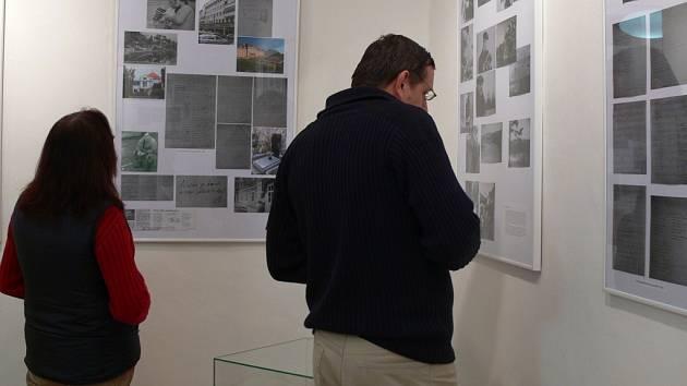Výstava o díle a životě přerovského rodáka Josefa Kainara je v těchto dnech k vidění na zámku v Přerově.