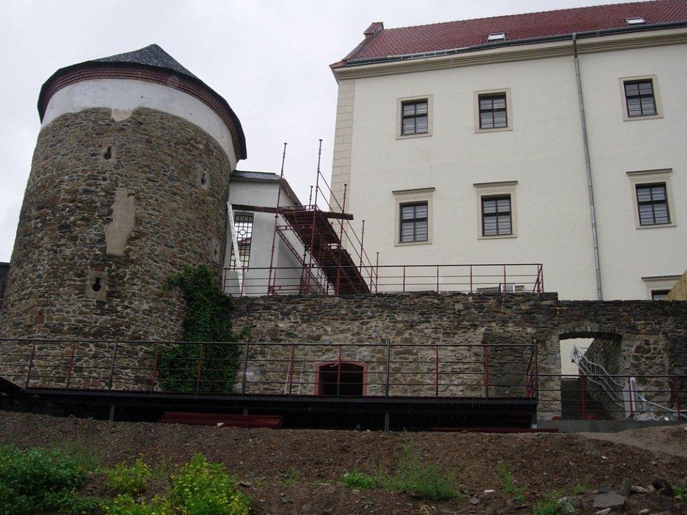 Pod hradbami hranického zámku při vstupu do klubu se už rýsuje venkovní terasa.