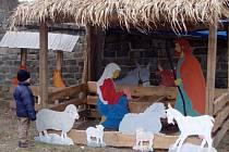 Betlém z dřevotřísky okukují děti v Dobromilicích už čtvrtým rokem.