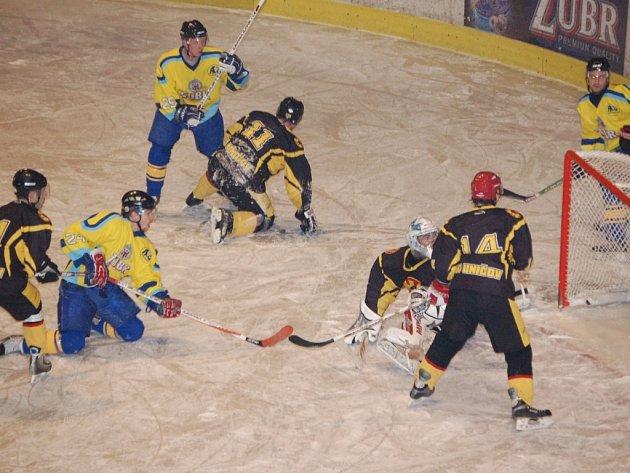 Pavel Rusek střílí vkleče svůj třetí gól, který však nebyl uznán pro posunutí branky.