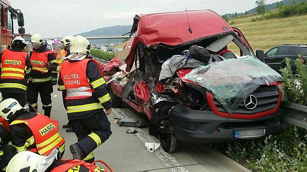 Střet dodávky a nákladního vozidla u Hranic zkomplikoval 12. června ráno dopravu na D1