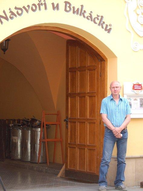 Nádvoří v centru Přerova dostalo název podle svého majitele Ladislava Bukáčka.