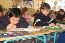 Žáci prvních tříd Základní školy 1. máje v Hranicích se učí ve svetrech a mikinách. V největších mrazech nebývá ve třídách více než 18 stupňů Celsia. Budova, v níž se učí, je stará a nevyhovující. Letos by však měla projít kompletní rekonstrukcí.