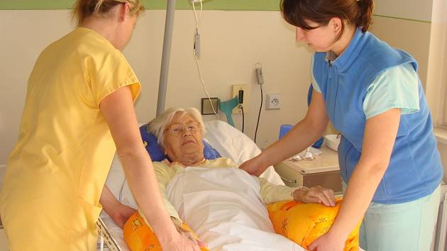 Rehabilitační pracovníci v Léčebně dlouhodobě nemocných v přerovské nemocnici provádějí bazální stimulace pacientů.
