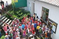 Účastníci výtvarné soutěže ve Včelařském muzeu v Hranicích
