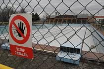 Zchátralé venkovní koupaliště v Hranicích se dočká opravy možná už letos.