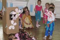 Pásmo pohádek, písniček a tanečků pro maminky si ke dni matek připravily děti z hranické Mateřské školy Klíček.
