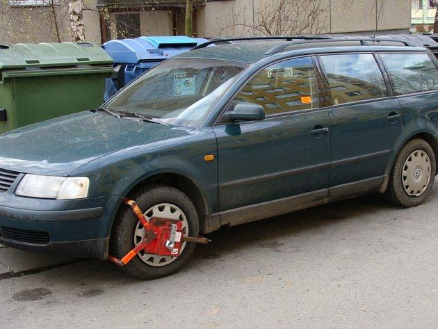 Lidé z Předmostí si zoufají. I přes nedostatek parkovacích míst na ně strážníci uspořádali zátah a za špatné parkování inkasují botičky. Kvůli problému se obyvatelé sejdou se zástupci města.