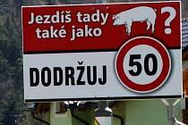 Obyvatelé v Hrabůvce na Hranicku mají problém s neukázněnými řidiči. Ti si dovolí někdy jezdit v obci i stokilometrovou rychlostí