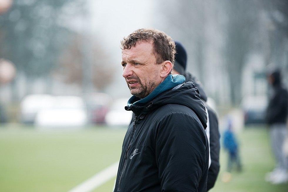 Fotbalisté SK Hranice (v bílém) v přípravném utkání proti Šternberku.