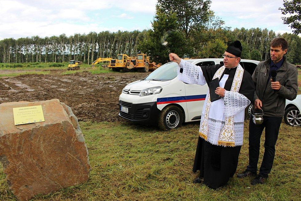 Stavba tříkilometrové trasy cyklostezky Ústí - Černotín byla zahájena slavnostním poklepání na základní kámen v úterý 2. září.