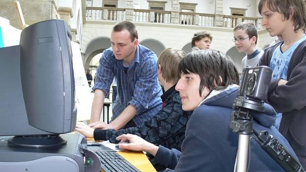 Prezentace Základní školy Šromotovo se zúčastnili i její bývalí žáci, současní středoškoláci.