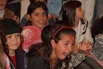 Diváci přijímali vystoupení místních romských skupin s velkým nadšením.