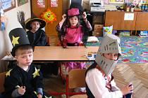 Ve středověkých kostýmech usedli do lavic žáci Základní školy v Pavlovicích u Přerova.