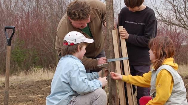 Do výsadby stromů se zapojily i děti.