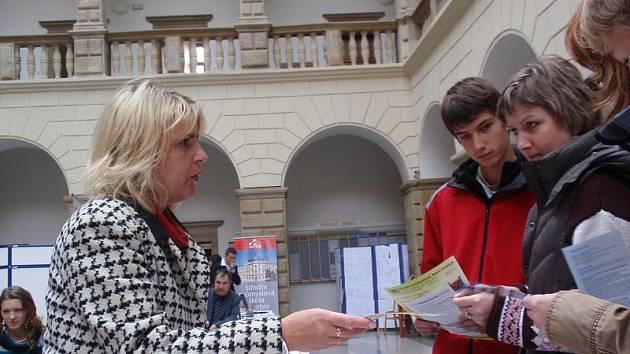 Veletrh středních škol na nádvoří zámku v Hranicích