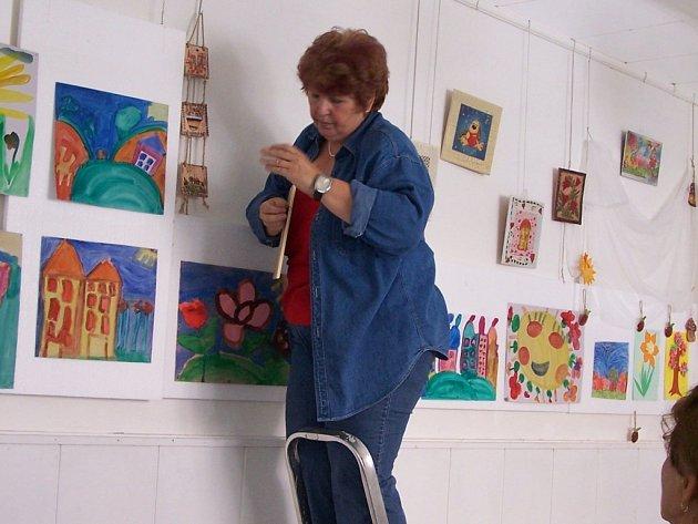 S instalací výstavy v Galerii M+M pomáhaly také pracovnice skaličského ústavu.