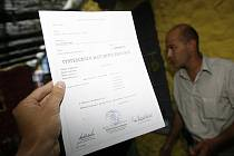 Falešné maturitní vysvědčení se dá pořídit za deset tisíc korun.