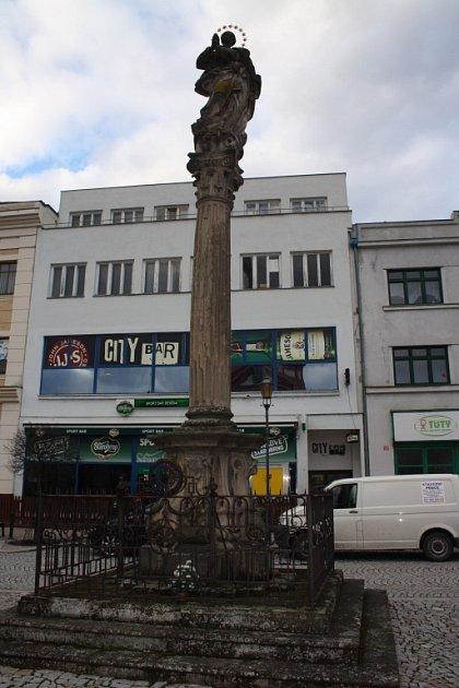 Mariánský sloup na Masarykově náměstí vHranicích se mírně naklání na stranu.