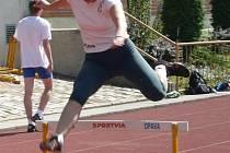Michaela Kasparová na trati 400 m překážek.
