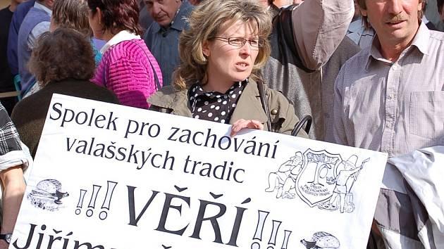 Stovky lidí přijely v pondělí 23. dubna do Přerova vyjádřit svou podporu Jiřímu Čunkovi.