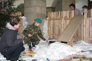 Organizátorky akce si již prohlížejí první dárečky.