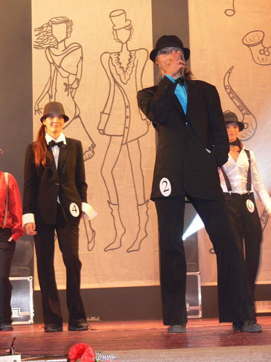 Dívky se publiku i porotě představily jako členové mafie z 30. let minulého století.