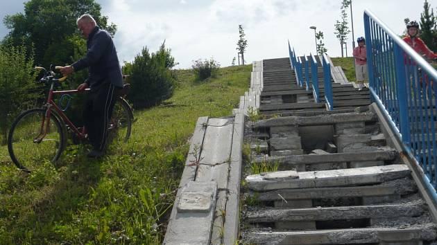 V havarijním stavu jsou již několik měsíců schody, které vedou z Hviezdoslavovy ulice.