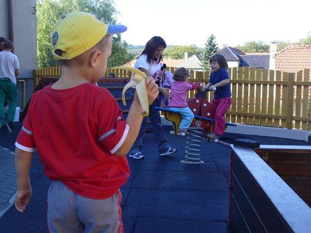 Děti z paršovické školky se dočkaly opraveného hřiště