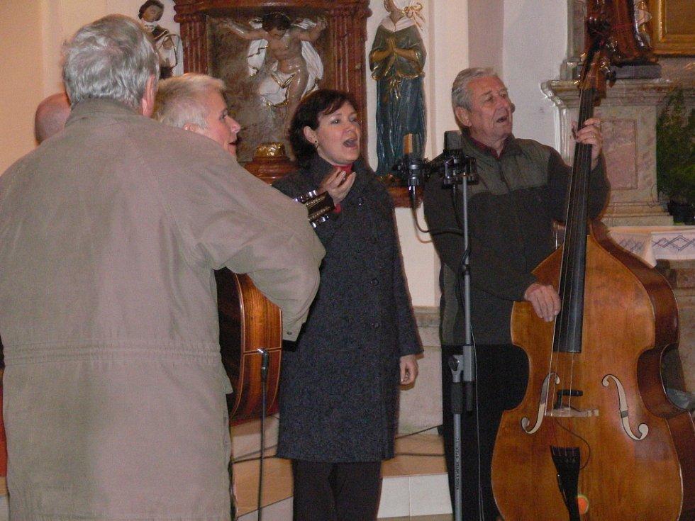 Spirituál kvintet zaplnil drahotušský kostel do posledního místa.