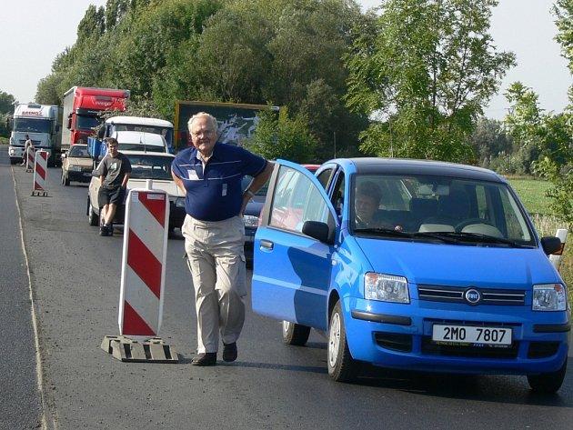 S dlouhými kolonami čekajících aut se museli smířit řidiči v Lipnické ulici.