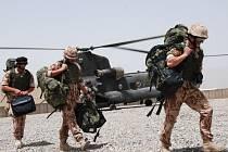 Vojáci vystoupili z vrtulníku.