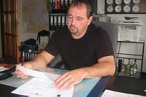 Autodopravce Roman Cvešper listuje v policejním spise.