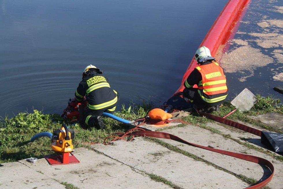 Cvičení, při kterém do stromu nabourala cisterna plná nafty, obnášelo jak záchranu raněných, tak především zajištění unikající látky
