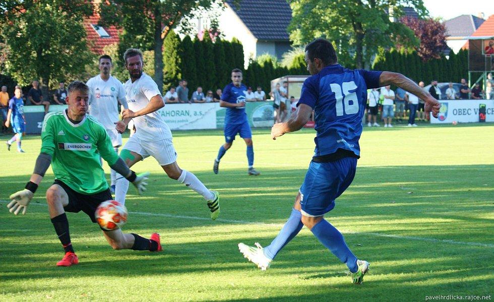 Fotbalisté Všechovic (v bílém) doma proti Kozlovicím (0:1)