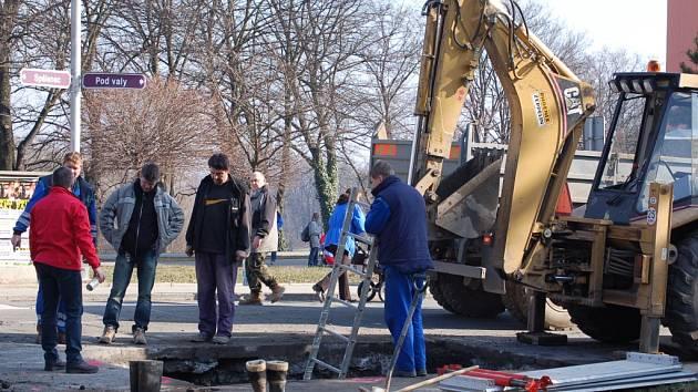 Pracovníci společnosti Vodovody a kanalizace Přerov odstraňovali závadu na potrubí.