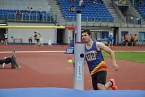 Adam Orava při skoku vysokém.